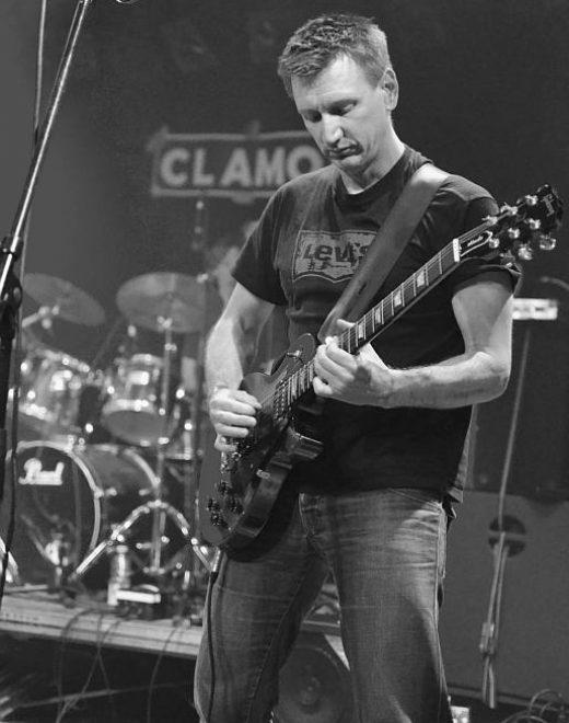 Jürgen (Gitarre) beim Auftritt im Sudhaus