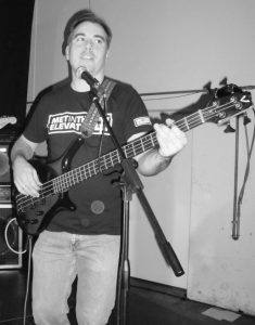 Tobi (Bass) beim Gig